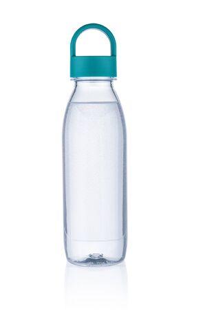 Czysta woda w plastikowej butelce na białym tle