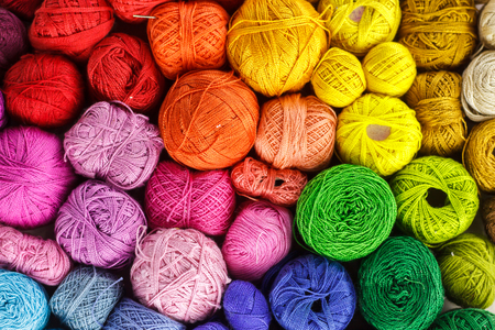 Rainbow-colored yarn balls, viewed from above. Foto de archivo