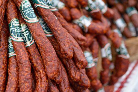 BEKESCSABA, HONGRIE - OKT 19, 2018 : Festival de la saucisse (Csabai Kolbaszfesztival) Exposition et foire de la saucisse. Saucisses fines fumées, gros plan