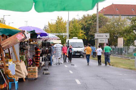 BEKESCSABA, HUNGARY - OKT 19, 2018: Sausage Festival (Csabai Kolbaszfesztival) Street View, the street vendors 新聞圖片