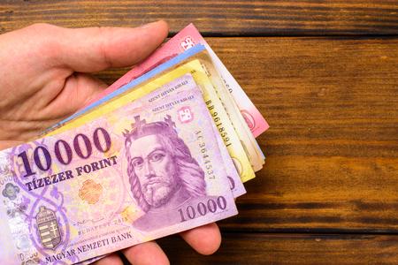 Varie banconote ungheresi su un tavolo di legno, 1-2-5-10 mila fiorini. Europa Ungheria. Archivio Fotografico