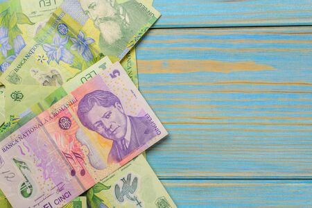 Various Romanian banknotes on a wooden table, 1-5 leu. Europe Hungary. 版權商用圖片