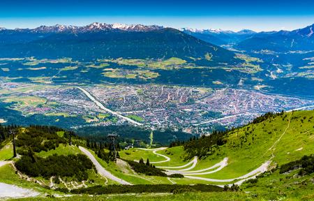 uitzicht vanaf boven Innsbruck stad met alpes bergketen, natuurlijke pad en kabelbaan vanaf Seegrube berg Stockfoto