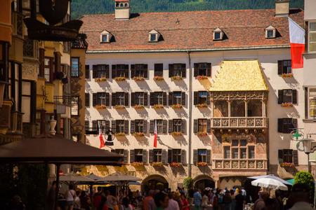 インスブルック市内の広場で黄金の小屋根