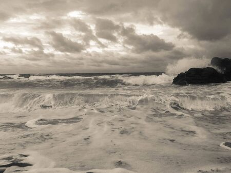 black and white photo of a beach during a storm 版權商用圖片