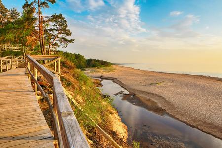 Sonnenuntergang am Strand Saulkrasti, nahe der lettischen Hauptstadt Riga. Der Blick auf die Bucht von Rigas.