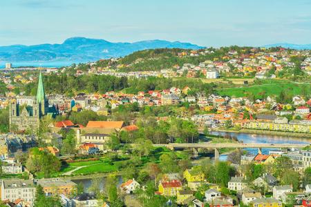 Luftaufnahme des Flusses Nidelva, der Kathedrale Nidarosdomen und des Wohnviertels in der norwegischen Stadt Trondheim im Frühjahr