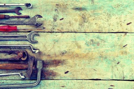 mecanica industrial: Herramientas del mecánico fijados en un fondo de madera Foto de archivo