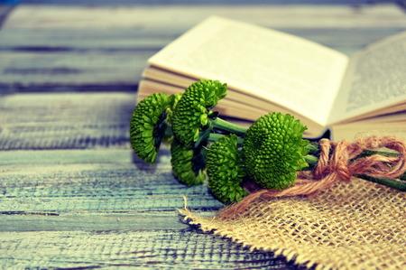 Met bloemen open boek op een houten achtergrond