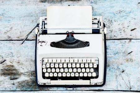 Retro schrijfmachine op een houten achtergrond Stockfoto