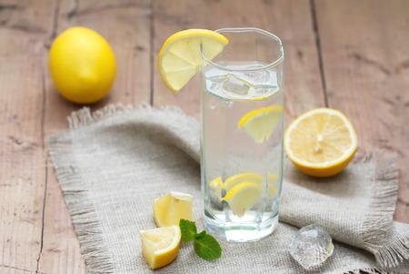 レモンの冷たい水