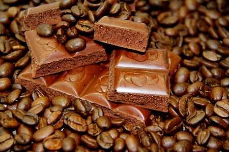 coffeebeans: Many coffee-beans with pieces of chocolate