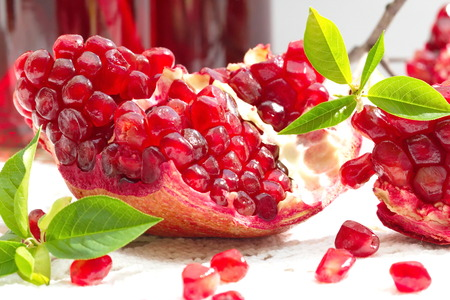 Reife rote Granatäpfel Standard-Bild - 37960374