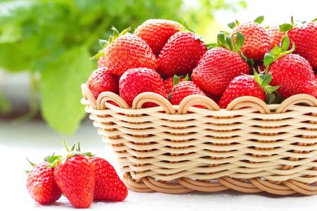 panier fruits: fraises fraîches d'été dans le panier