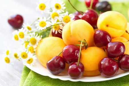 Schotel met vers fruit in de zomer