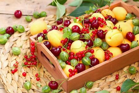 zumo verde: Cesta de frutas y bayas en verano Foto de archivo
