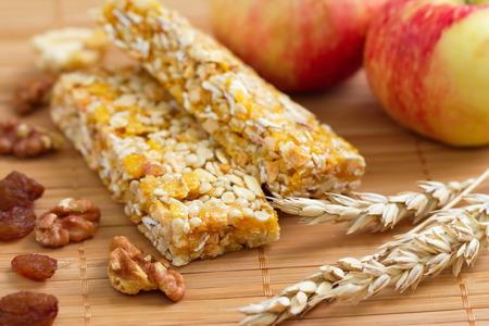barra de cereal: Barritas de cereales de granola con manzanas, nueces y pasas
