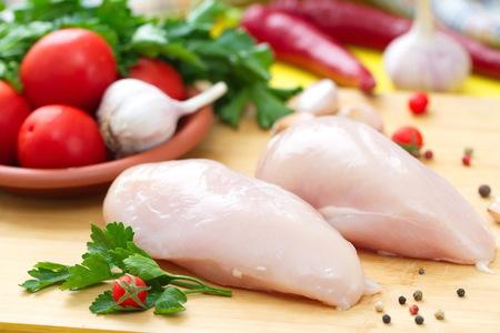 Rauwe kipfilet met groenten bereid om te koken