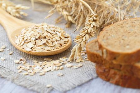 comiendo pan: La avena con espigas de cereales y pan