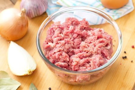 minced beef: Fresh raw minced beef in a bowl