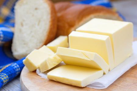 木製のテーブルに新鮮なスライスしたバター