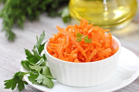 Salat mit frischen Karotten und Öl