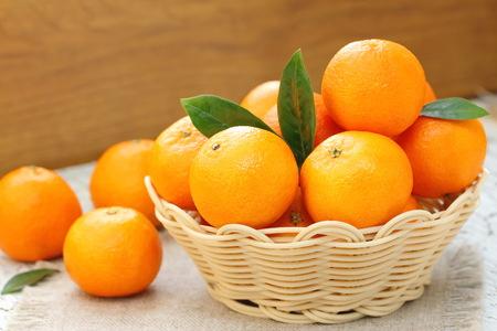 fruta tropical: mandarinas frescas en una cesta