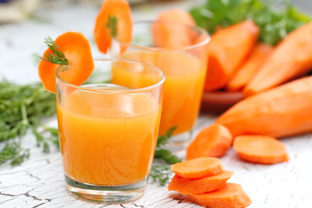 Carrot juice and fresh carrot