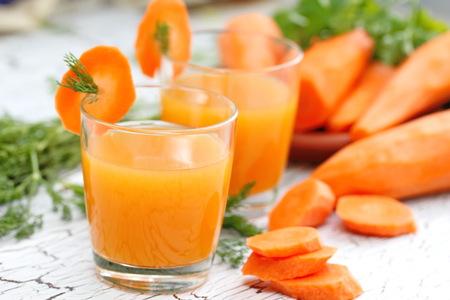Wortelsap en verse wortel Stockfoto