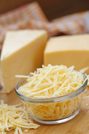 formaggio grattugiato in una ciotola di vetro