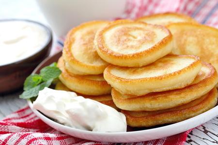 朝食にサワー クリームとパンケーキ