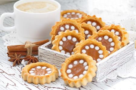 manjar: Galletas con dulce de leche y capuccino Foto de archivo