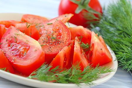 ensalada tomate: ensalada de tomate con pimienta y verdes frescas