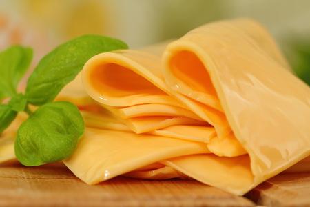 緑とプロセス チーズのスライス