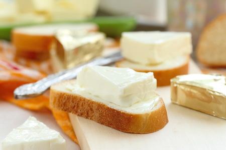 朝食にクリーム チーズとバターでパンをスライス
