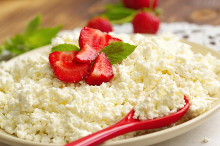 cottage cheese: Cottage cheese with fresh strawberries