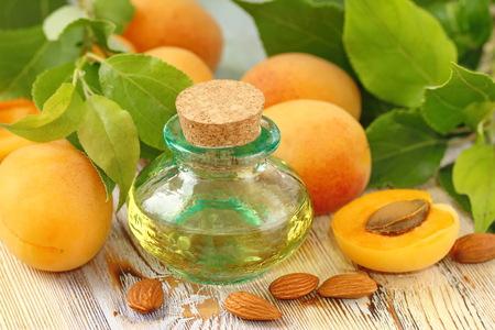 Aprikosen-Aroma-Öl und frisches Obst Standard-Bild