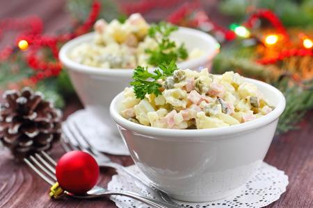 ensaladilla rusa: Cocina nacional. Olivier Rusia tradicional ensalada para la fiesta de Año Nuevo. Foto de archivo