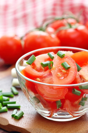 cebollines: Fresh salad witth tomatoes and spring onion in a glass bowl