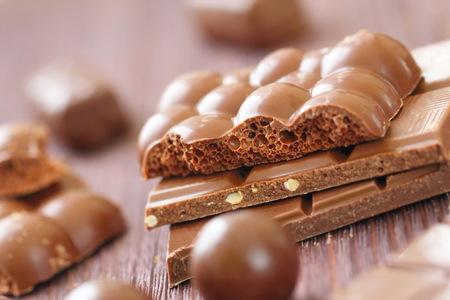 Großer Haufen verschiedener Schokolade mit Nüssen