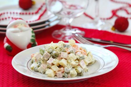 Nationale keuken. Russische traditionele salade Olivier diende voor het nieuwe jaarfeest.