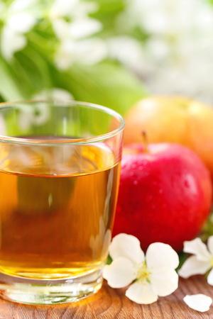 Jus de pomme, fruits frais et fleurs de pomme fleur sur la table Banque d'images