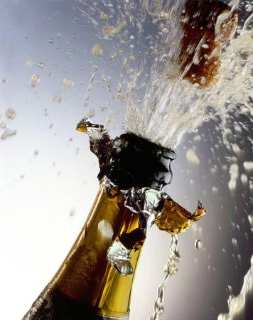 botella champagne: Botella de Champa�a con disparos de corcho