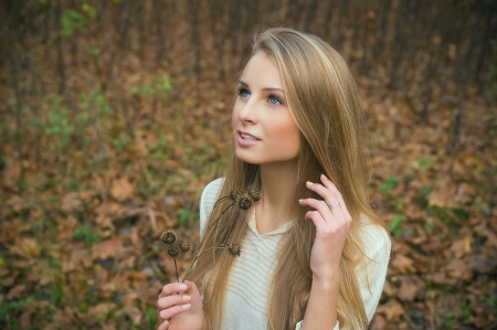 blue eyed: Girl with long hair in autumn forest