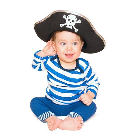 sombrero pirata: Un muchacho joven feliz vistiendo un fondo blanco traje de pirata