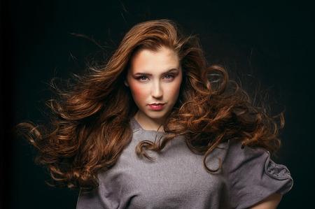 naked young women: Красивая молодая женщина с длинными распущенными волосами на черном фоне