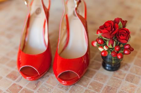 tacones rojos: zapatos de mujer, zapatos de tacón rojo Foto de archivo