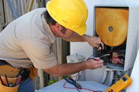 electricista: Una tecnolog�a de CA trabajando en una unidad de recuperaci�n de calor.