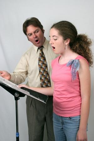 voices: Una voz maestro instruyendo a un estudiante. Se trata de hacer que el sonido Ahhh.  Foto de archivo