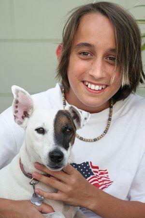 Un niño posando con su Jack Russell Terrier.  Foto de archivo - 207309